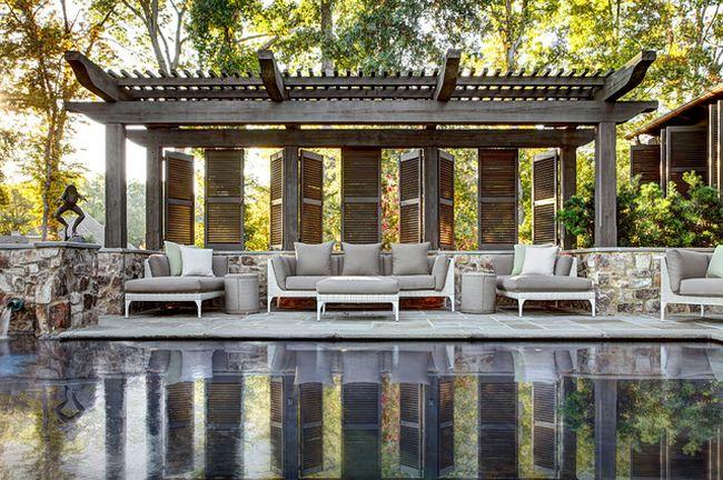 La combinaison parfaite de piscine et de pergola dans un style classique