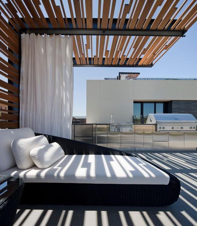 La pergola, réalisée dans le même style que l'architecture de la maison, est très harmonieuse