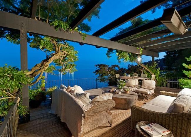 Un balcon classique avec une pergola sur fond de mer est tout simplement incroyable