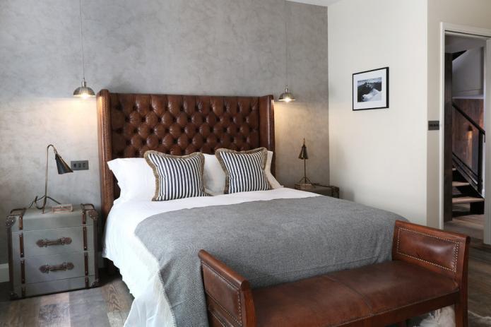 lit double en cuir à l'intérieur