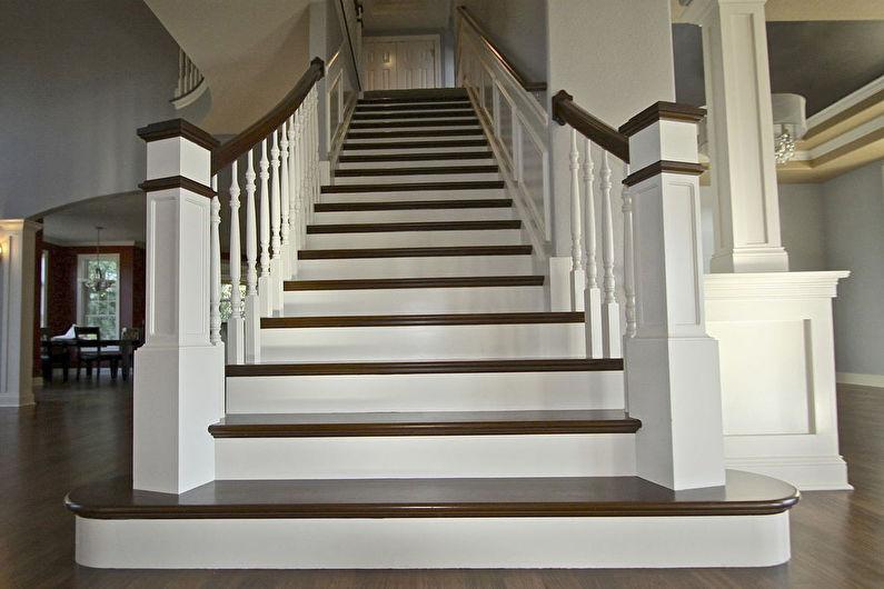 Marcher les escaliers vers le deuxième étage