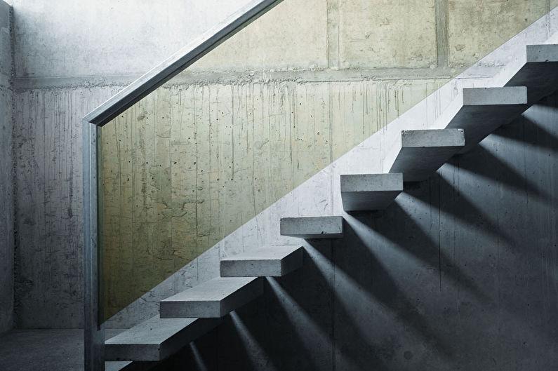 Escalier au deuxième étage sur les boulons