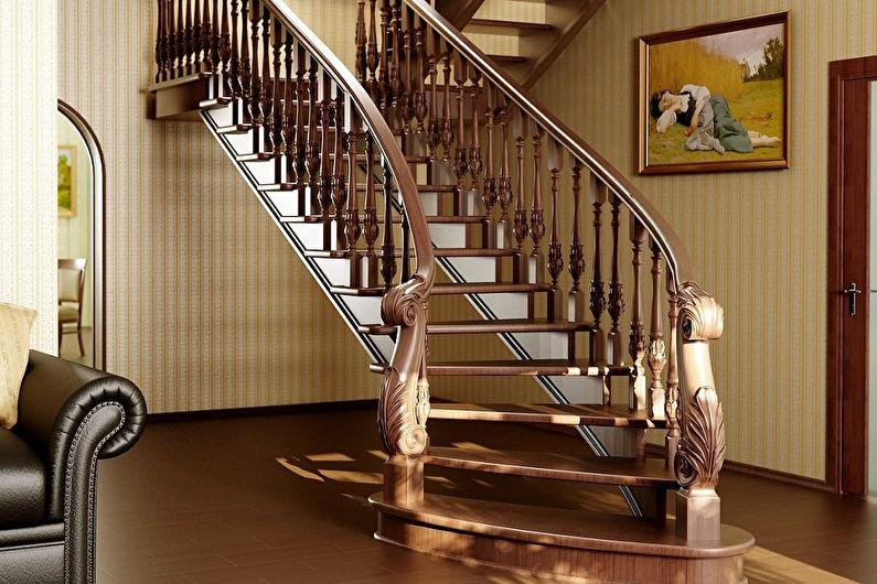 Escalier en bois au deuxième étage