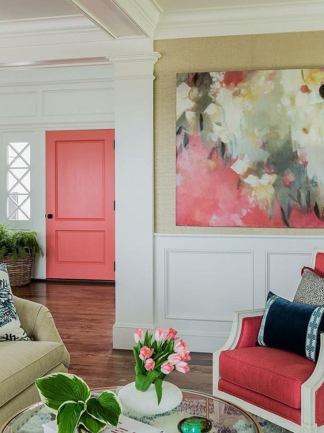 Des accents décoratifs élégants donnent vie à la pièce