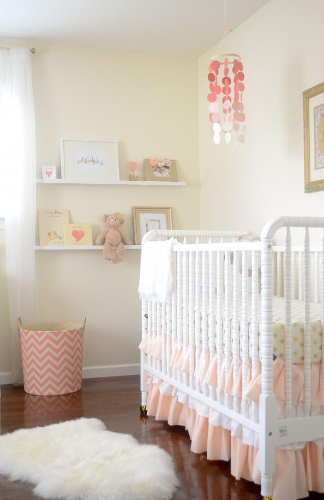 Chambre d'enfants aérée aux couleurs beige et rose