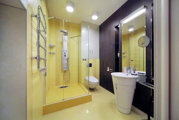 Intérieur de la salle de bain avec une cabine de douche dans un style moderne
