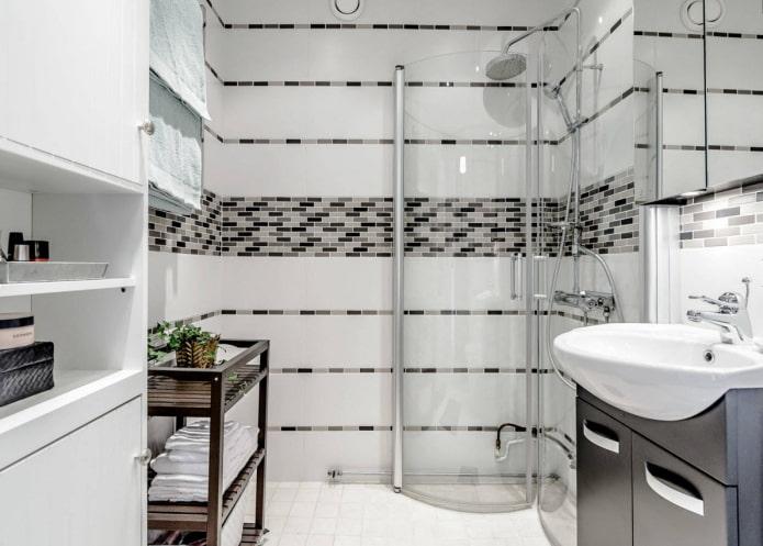 Conception d'une petite salle de bain avec douche dans un style moderne