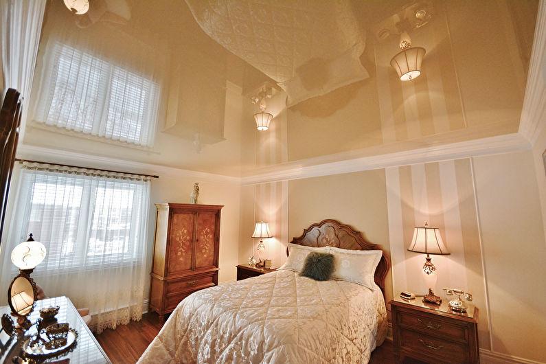 Plafond tendu brillant à l'intérieur de la chambre