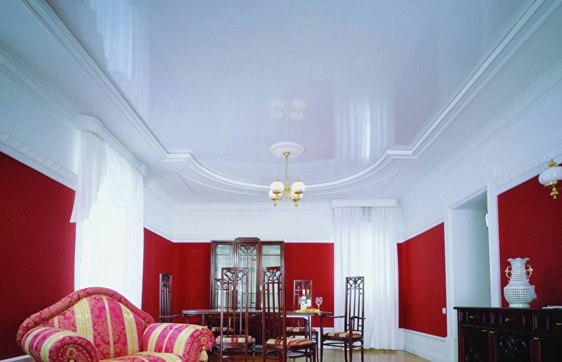 Plafond tendu blanc brillant dans le hall (salon) - photo