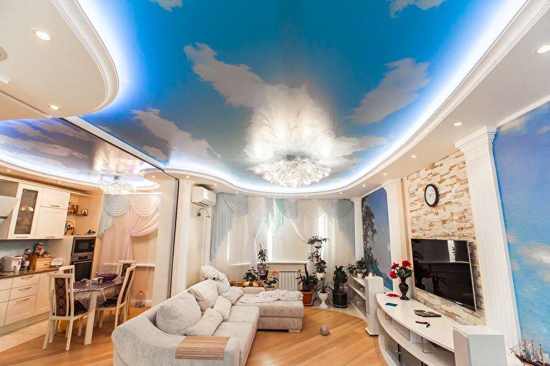 Plafond tendu à deux niveaux dans le hall (salon) - photo