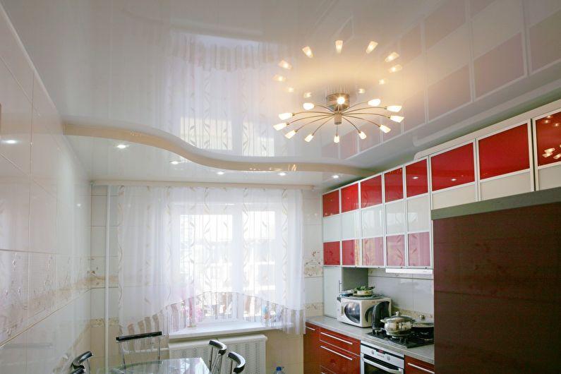 Plafond tendu blanc brillant dans la cuisine - photo