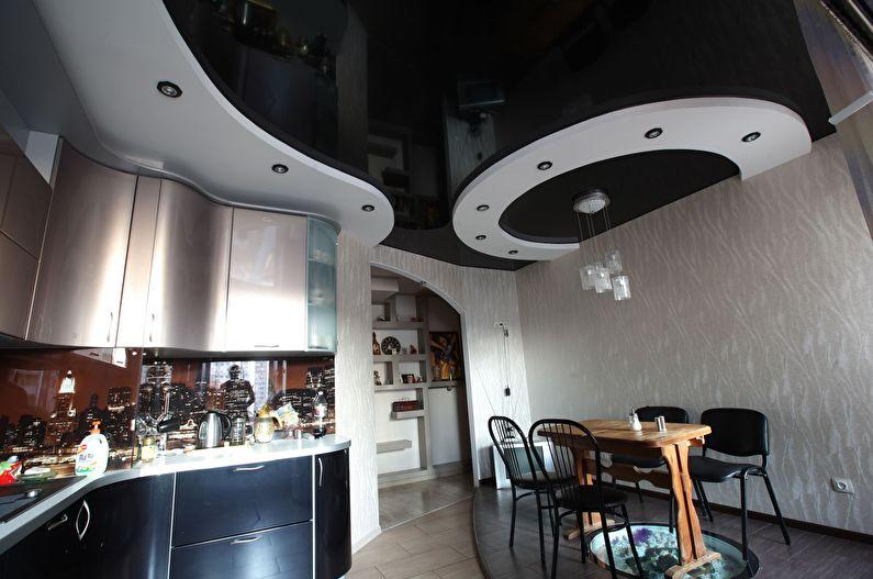 Plafond tendu beige brillant dans la cuisine - photo