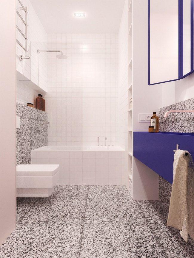 Les formes laconiques et les combinaisons de couleurs se poursuivent également dans la salle de bain du studio du tandem de designers Concretica.  Ceci est une démonstration de la façon dont les solutions budgétaires élégantes peuvent être dans la décoration.