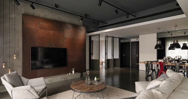 Une nette influence du style japonais dans l'espace ouvert d'un mini-loft: des cloisons coulissantes à la place des murs et une démonstration laconique de l'interaction des éléments sur des tôles d'acier rouillé