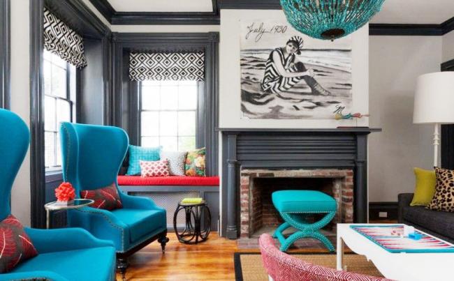 L'ensemble de meubles d'appoint semble avantageux sur le fond des murs en noir et blanc