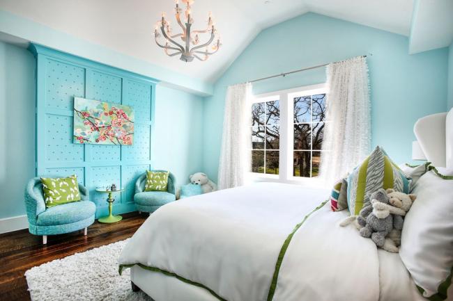 Une teinte bleue douce accentuera l'élégance d'une chambre blanche