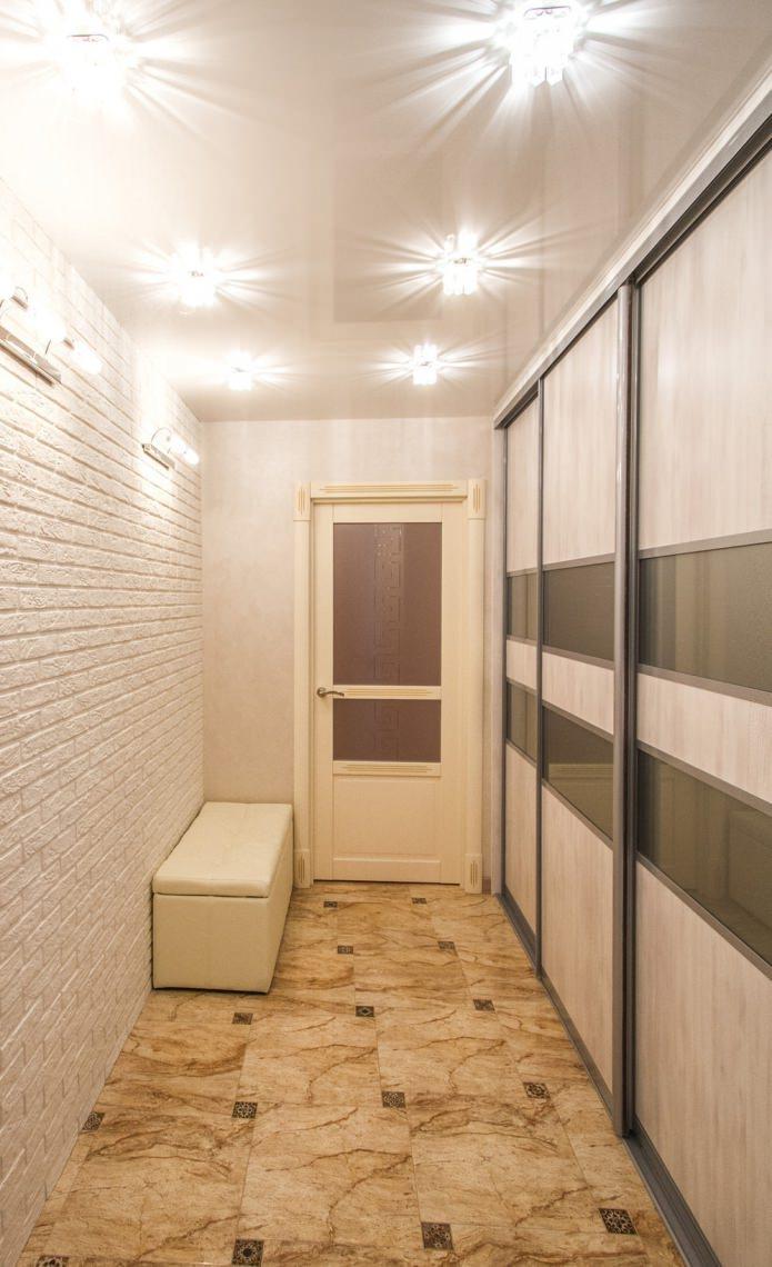 brique blanche à l'intérieur du couloir