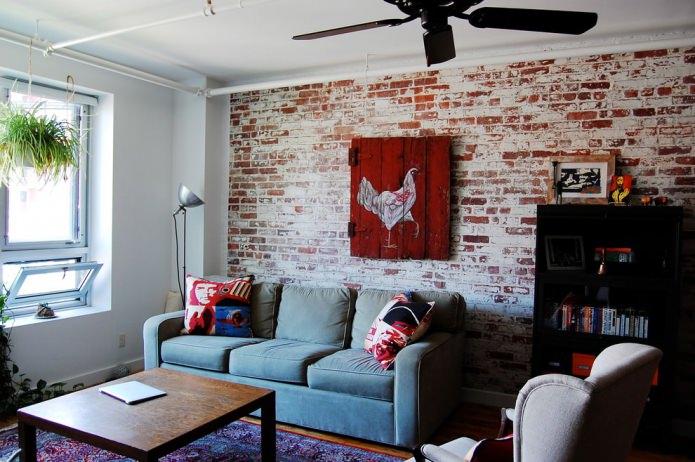 Papier peint sous brique rouge dans la conception du salon