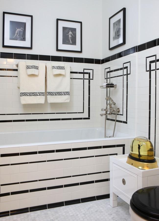 Intérieur de salle de bain incroyable, combinant des ornements et des peintures grecques antiques avec des sujets de la culture européenne du 19ème siècle