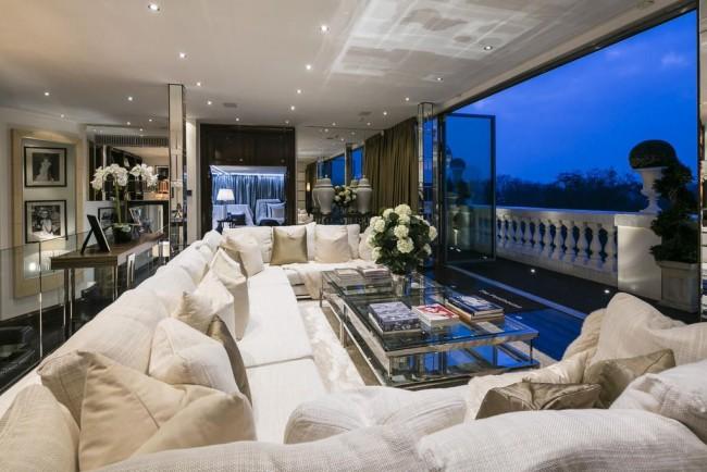 Salon lustré et luxueux dans un manoir moderne