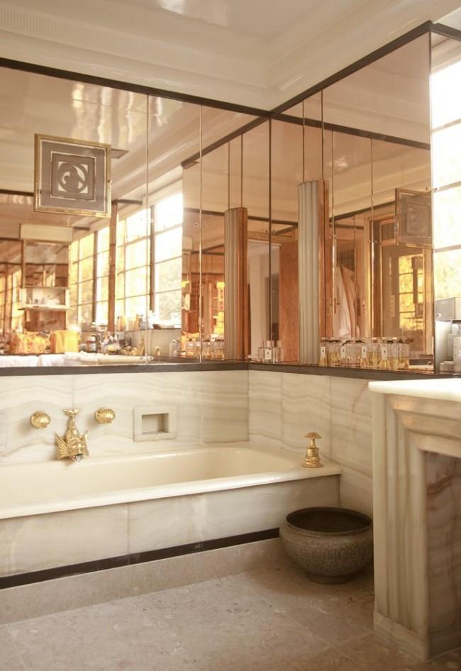 Marbre, miroirs et détails dorés pour une luxueuse salle de bain Art Déco