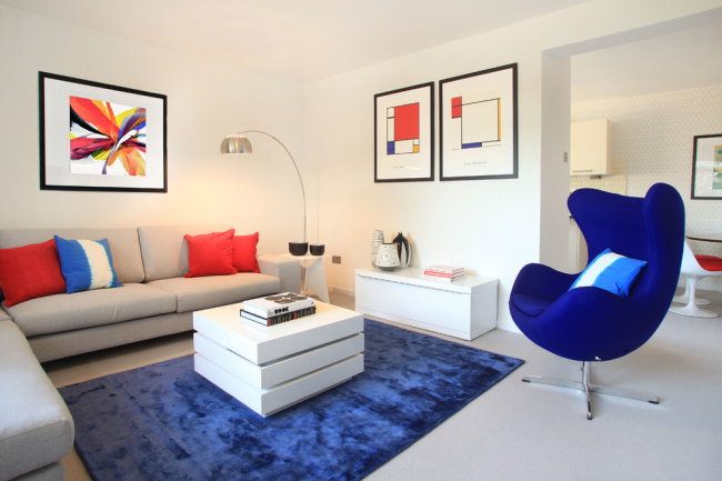Chambre petite mais confortable, décorée dans un style moderne