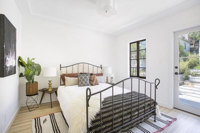 Chambre de style écologique: une combinaison de blanc et de matériaux naturels dans la conception