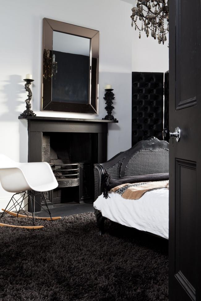 La combinaison classique de couleurs dans la chambre - papier peint blanc, plafond noir et bois sombre dans le mobilier