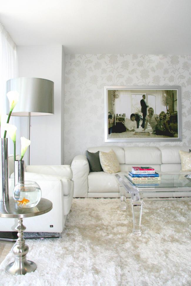 Le papier peint blanc avec des éléments floraux aidera à diversifier l'intérieur.