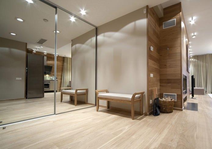 le coin du couloir est gainé de panneaux de couleur bois naturel