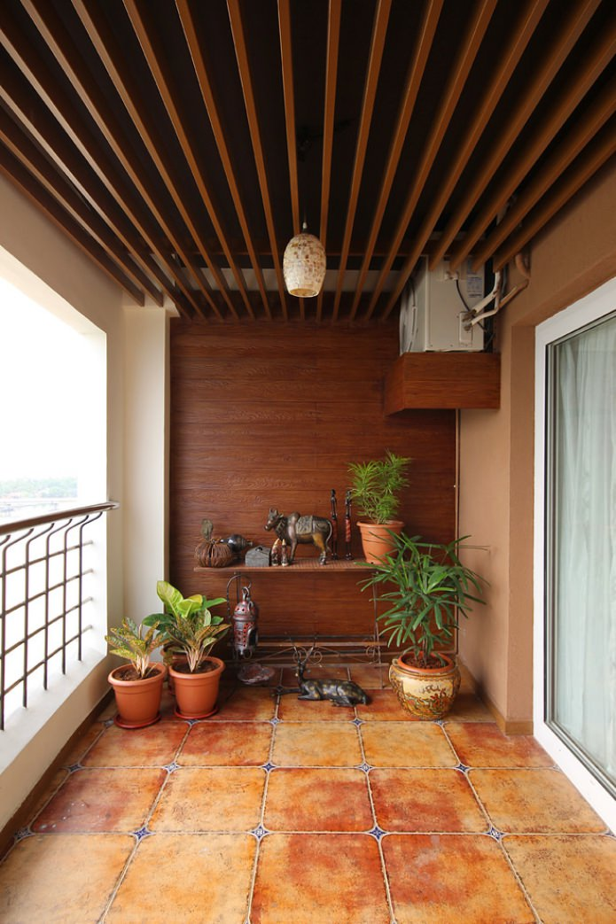 balcon ouvert avec mur en bois