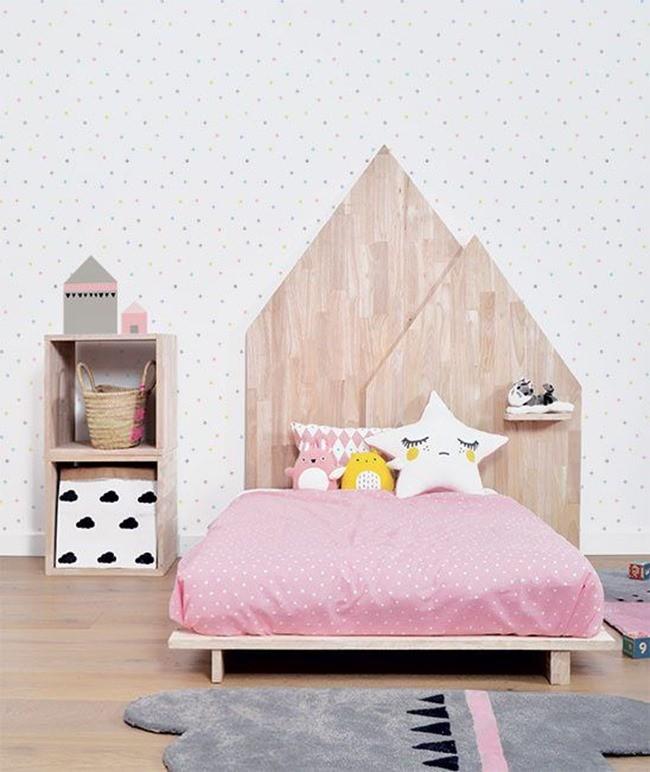 Lit avec tête de lit en forme de maison
