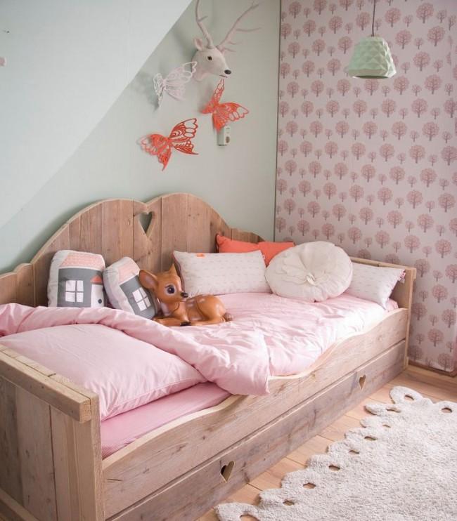 Un mur est mis en évidence avec du papier peint rose en petit dessin