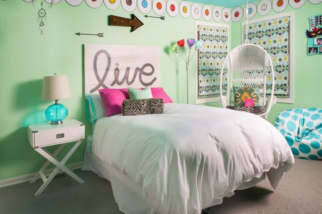 Un mur uni peint avec des moulures peut être décoré de différentes manières, en fonction de l'âge de l'enfant