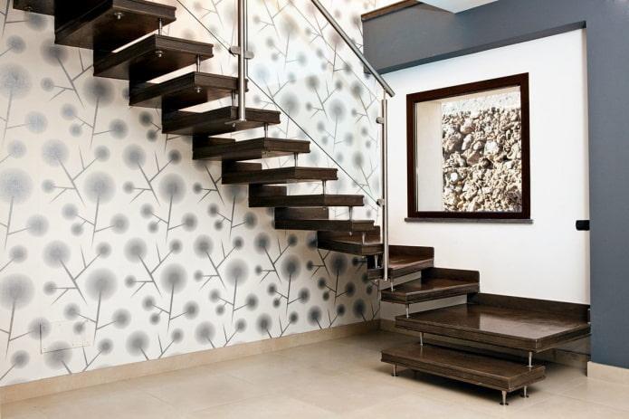 escalier sur les boulons à l'intérieur d'une maison privée