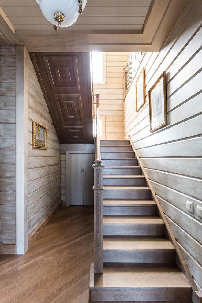 escalier en bois à l'intérieur d'une maison privée