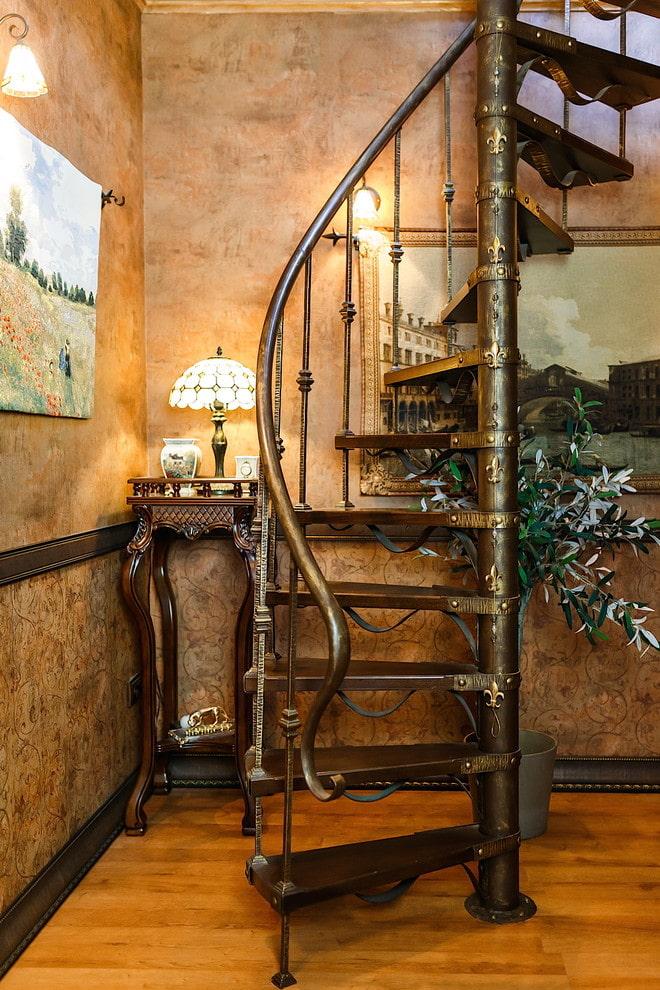 escalier métallique à l'intérieur d'une maison privée