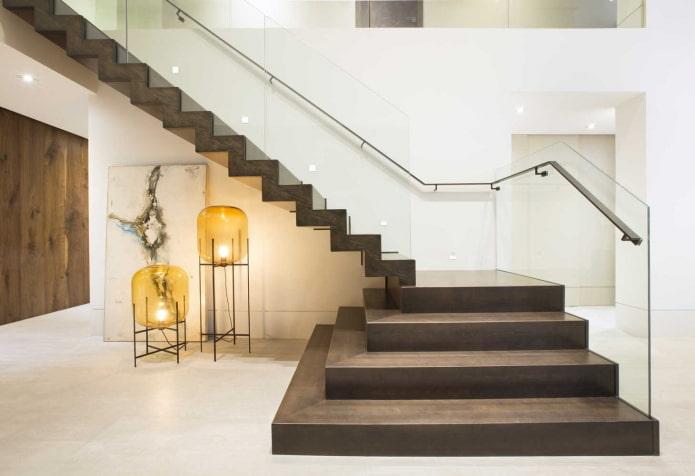 escalier en pierre à l'intérieur d'une maison privée