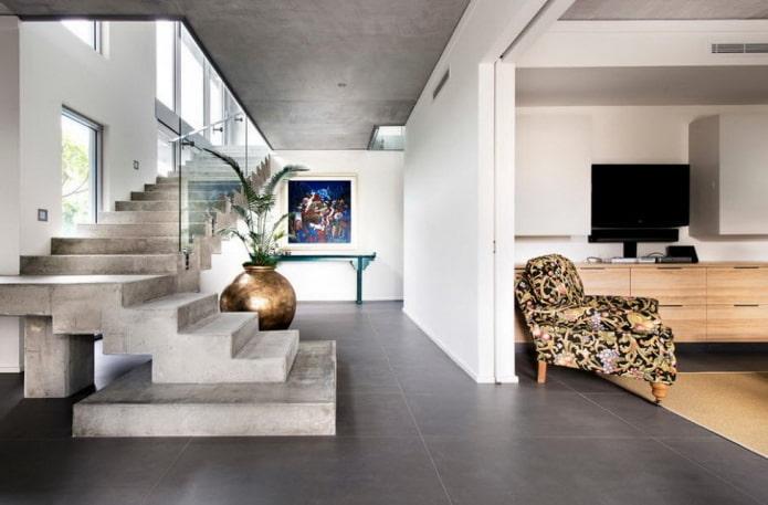 escalier en béton à l'intérieur d'une maison privée