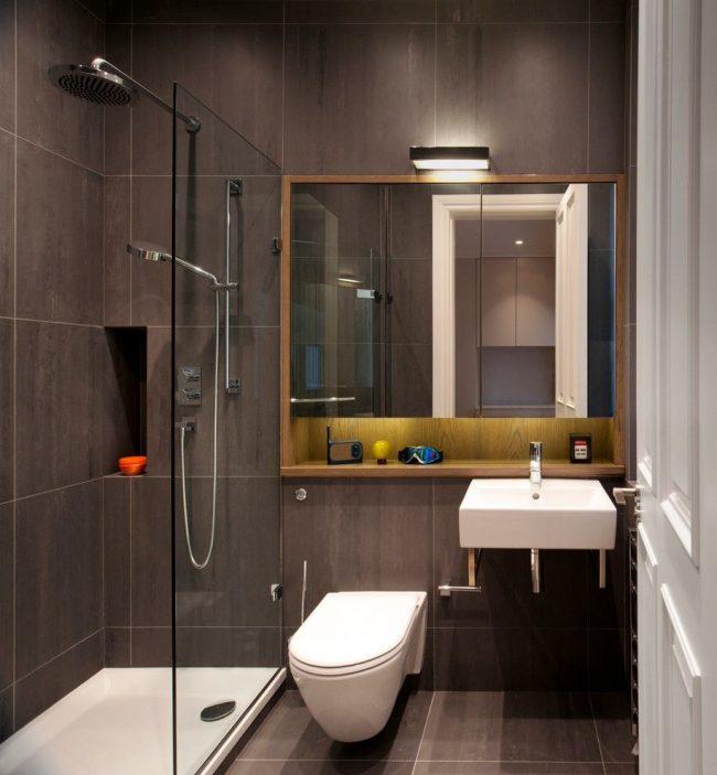 Pour une petite salle de bain d'un appartement d'une pièce, une cabine de douche au lieu d'une baignoire sera préférable