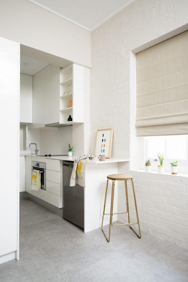 Pour un appartement d'une pièce, une option cuisine sans portes et avec un bar est préférable