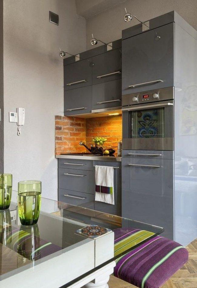 Cuisine élégante miniature avec des meubles gris brillant