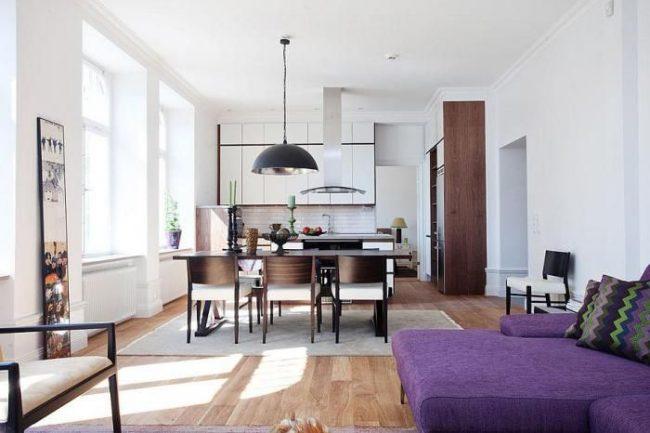 Studio moderne avec un canapé lumineux