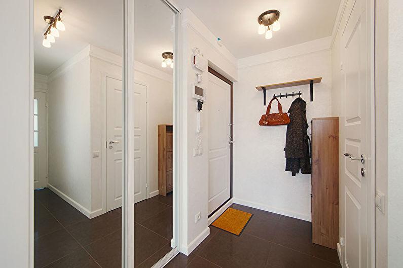 Petit couloir en blanc - design d'intérieur