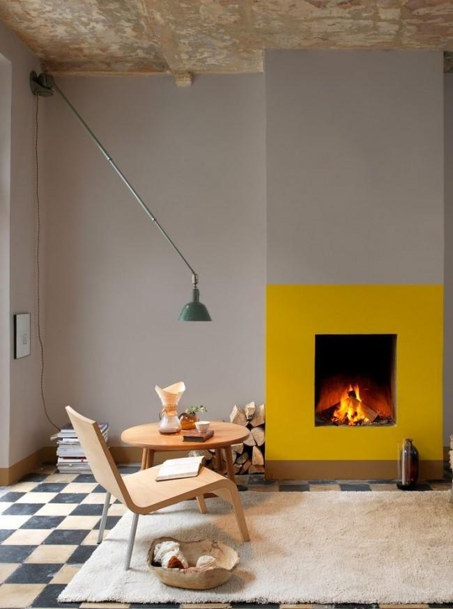 Salon de style loft avec garniture de cheminée lumineuse