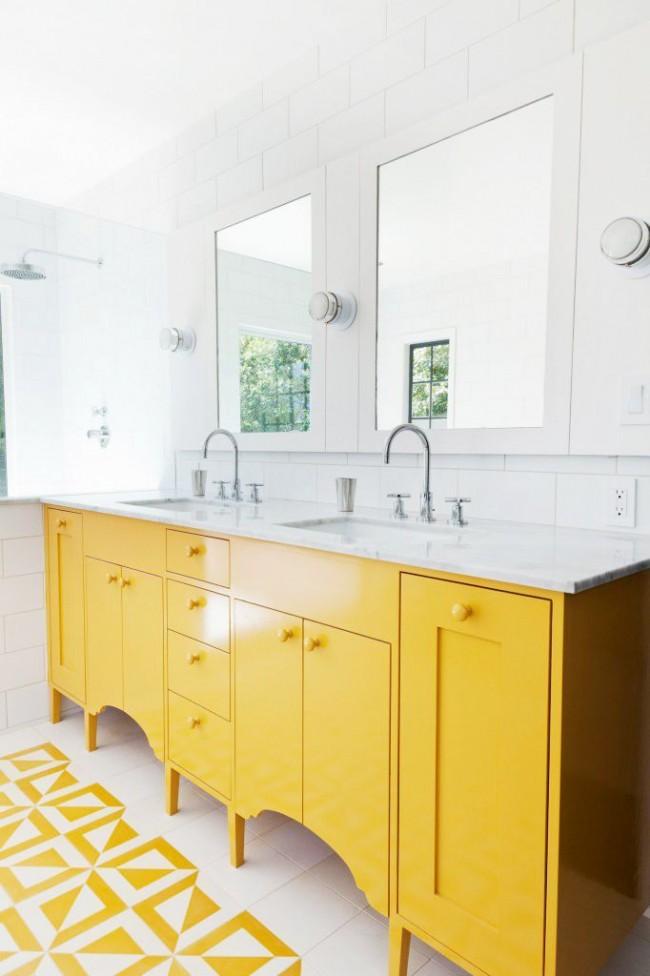 Salle de bain avec une combinaison réussie de couleurs blanches et jaunes