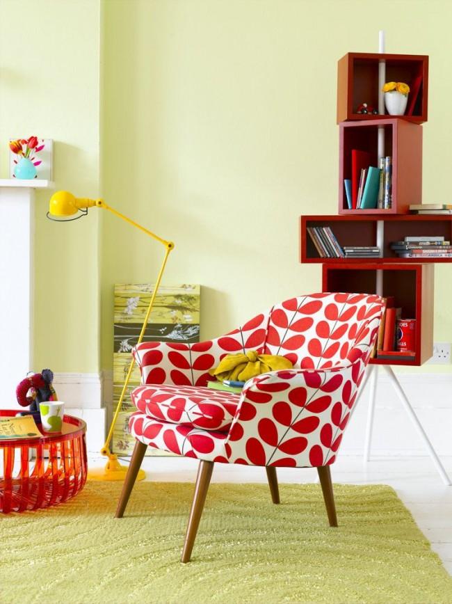 Fauteuil rouge et blanc contre les murs jaunes
