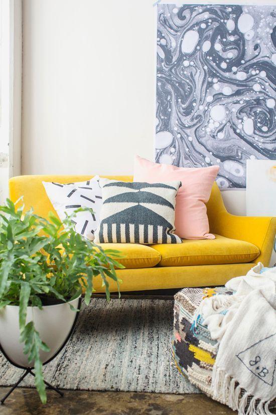 Canapé de salon aux couleurs ensoleillées