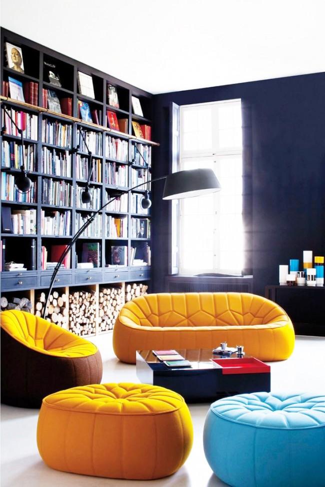 Intérieur du salon contrasté avec des murs noirs et des accents lumineux