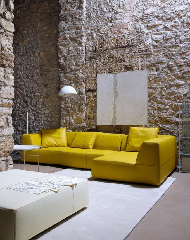 Superbe intérieur de salon avec canapé moutarde